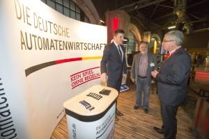 Christian Quandt und Wolfgang Bauer im Gespräch mit Innenminister Roger Lewentz  Foto: Reiner Voß / view - die agentur