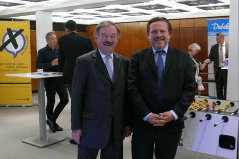 Dirk Fischer (links), Mitglied des Bundestag und Gundolf Aubke (rechts), 1. Vorsitzender des Hamburger Automaten-Verband