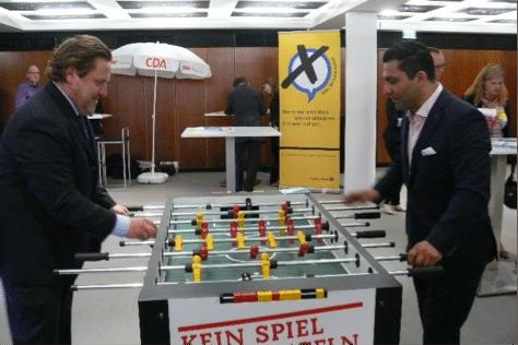 David Erkalp (rechts), Vorsitzender des Wirtschaftsausschusses in der Hamburger Bürgerschaft und Gundolf Aubke (links), 1. Vorsitzender des Hamburger Automaten-Verband