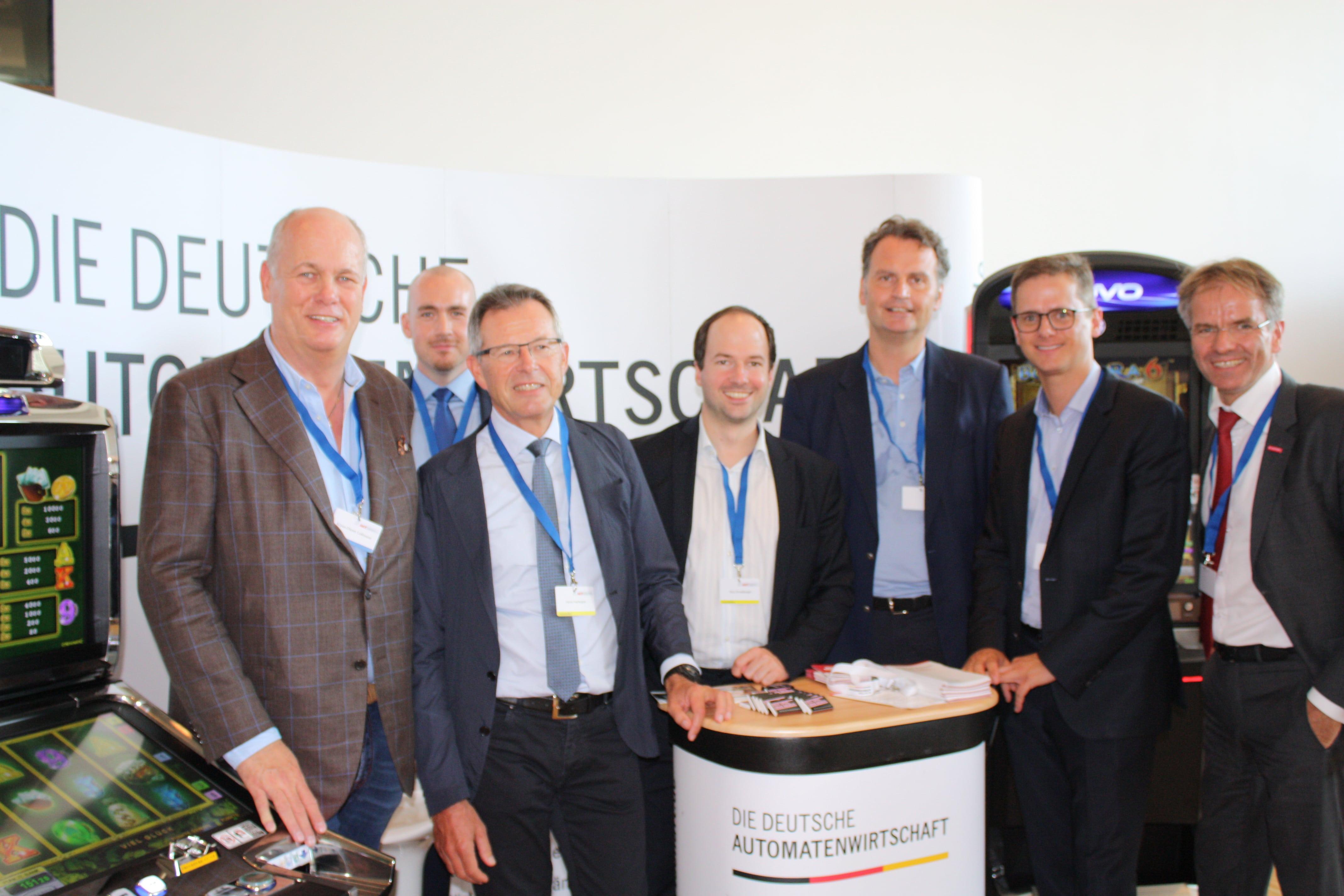 FOTO: MIT Im Gespräch mit der MIT NRW (v.l.n.r. Herr Klaus-Dieter Leßmann (FORUM), Herr Alexander Eisinger (Löwen-Entertainment), Herr Horst Hartmann (DAV), Herr Nico Ernstberger (DAW), Herr Dr. Günter Krings (MIT & MdB), Herr Carsten Linnemann (MIT-Bundesvorsitzender & MdB), Herr Andreas Ehlert (MIT).