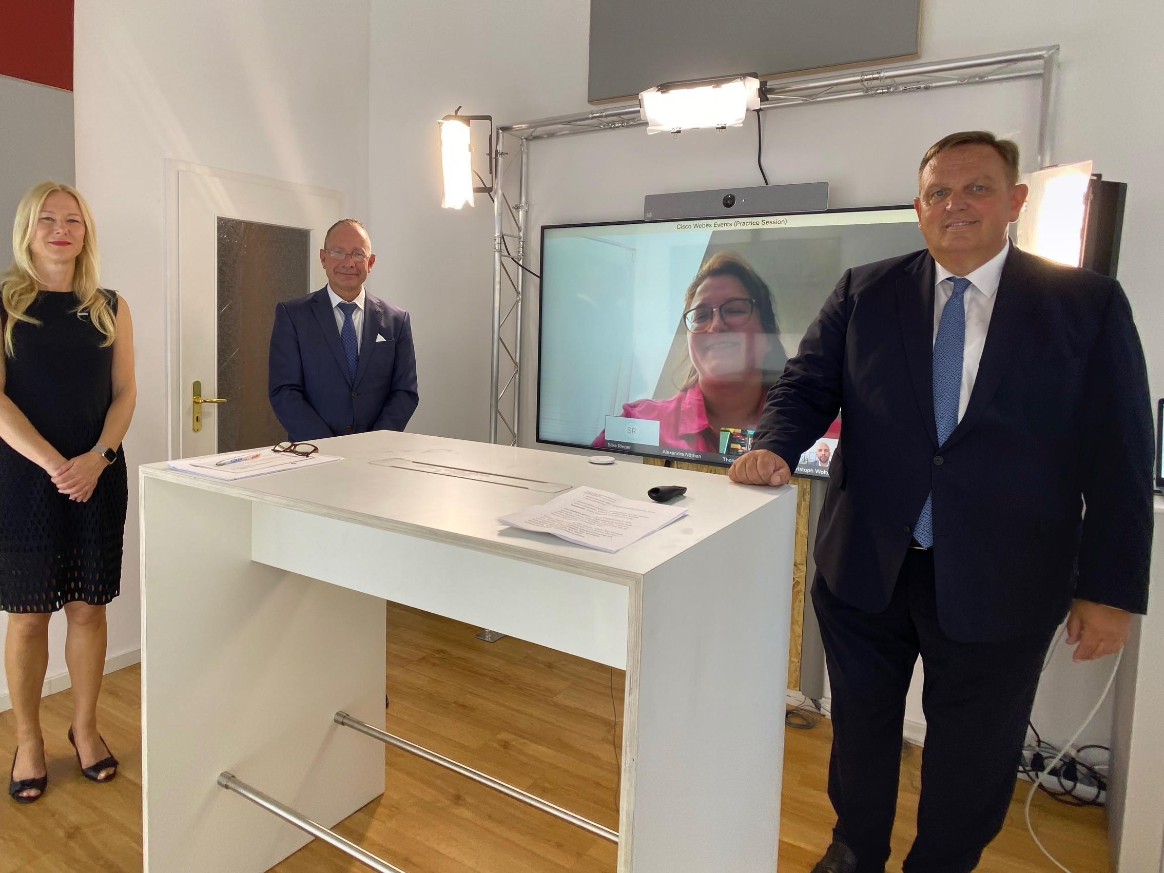 V. r.: Georg Stecker, Martin Restle und Anja Bischof. Auf dem Bildschirm: Alexandra Nöthen.